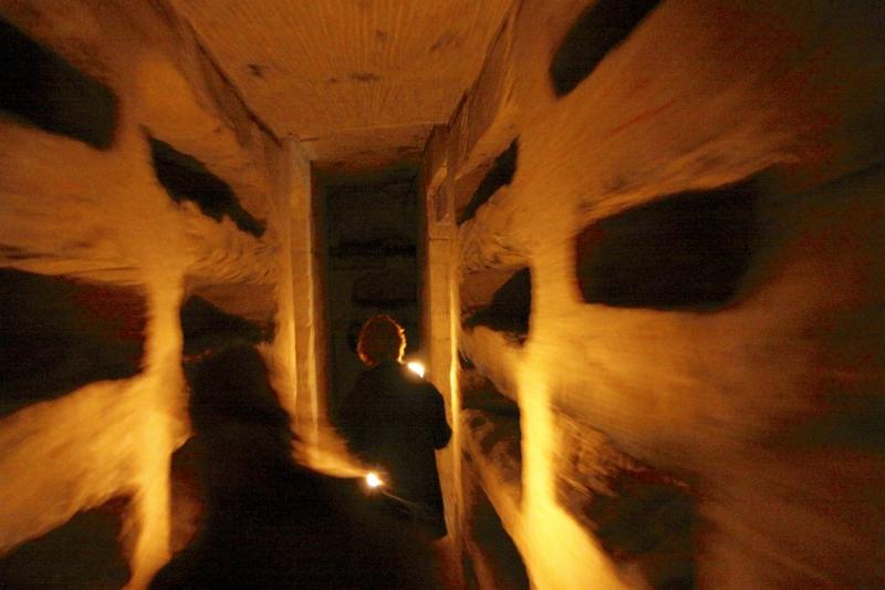 In de Romeinse Katakomben in Valkenburg, tussen de graven van de locoli; de gewone burgers.
