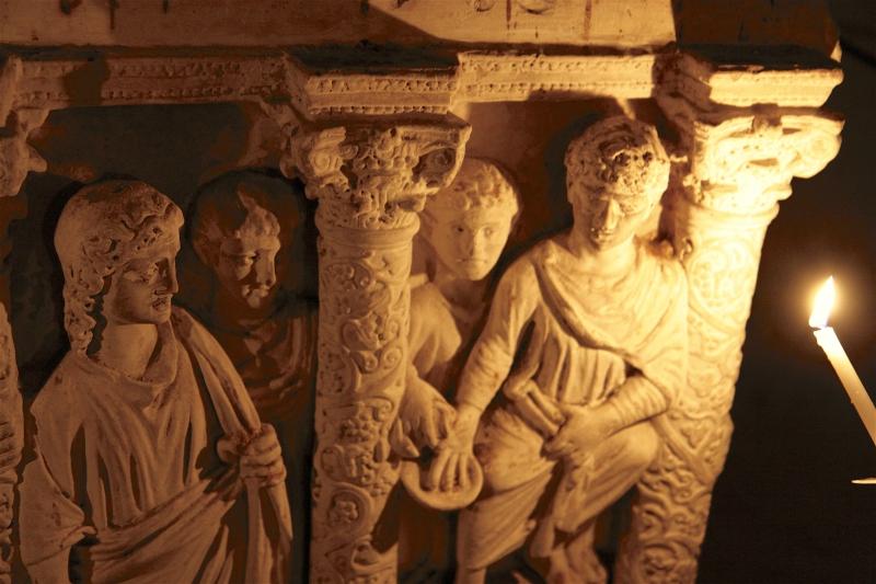 Een exacte kopie van een graf in Rome, nagetekend op overtrekpapier en inclusief beschadigingen nagemaakt in Valkenburg.