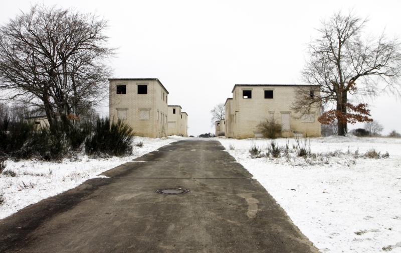 De dummy-huizen voor de Britse schietoefeningen.