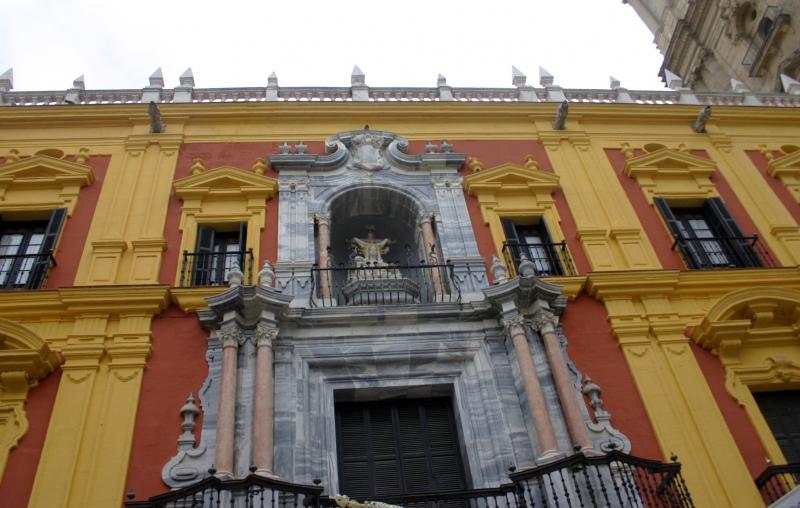 De opvallende geel-rode gevel van het bisschoppelijk paleis.