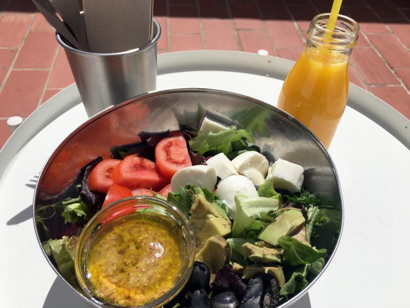Eet een heerlijke salade op het dakterras.