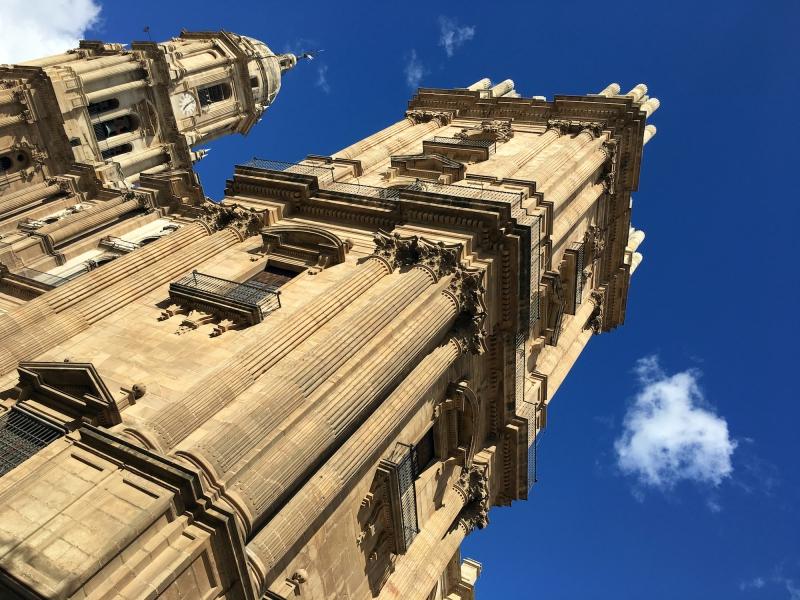 De kathedraal als baken in de stad.