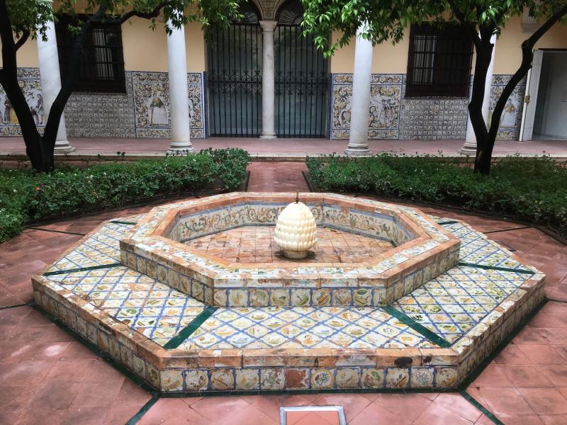 Veel fonteinen in de stad met mooie tegeltjes.
