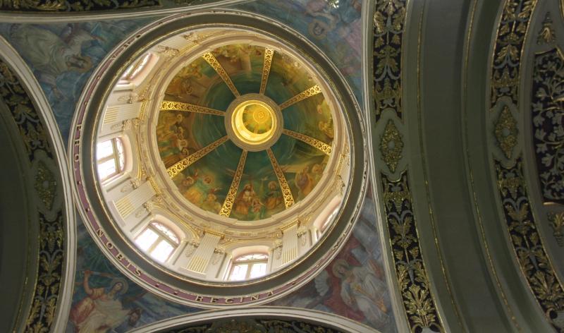 Druk versierde plafonds in de kerk.
