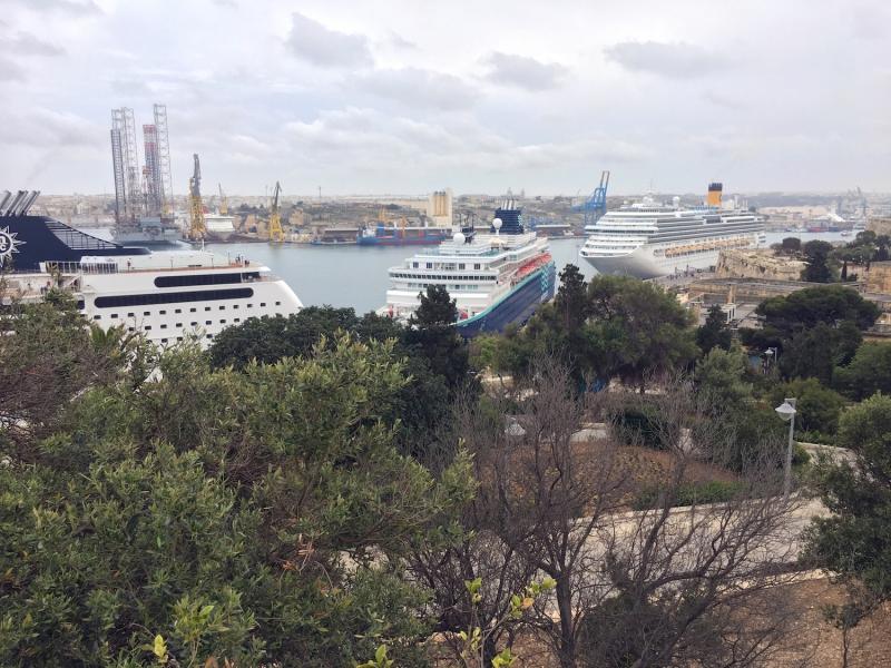 Verschillende cruiseboten liggen aangemeerd in Valletta.