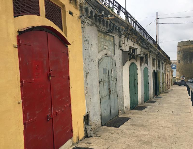 Overal zie je series gekleurde deuren en poorten.