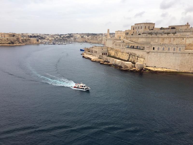 Valletta ligt aan het water.