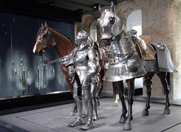 Levensgrote ridders en paarden.