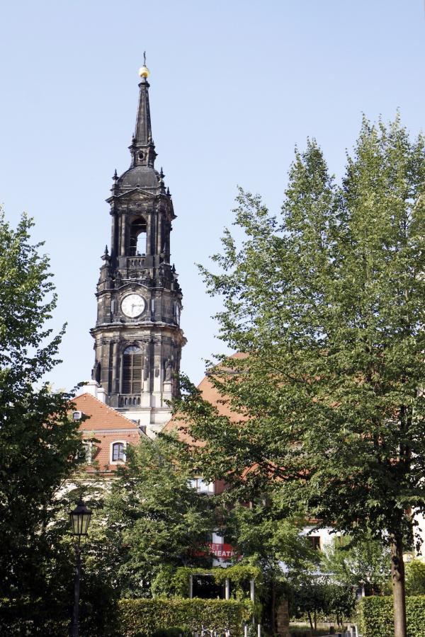 Een 'oude' toren in de 'nieuwe' stad.