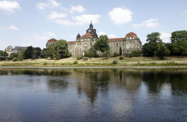 Kasteel op de oever van de Elbe.