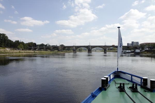 Met een tandradboot over de Elbe.