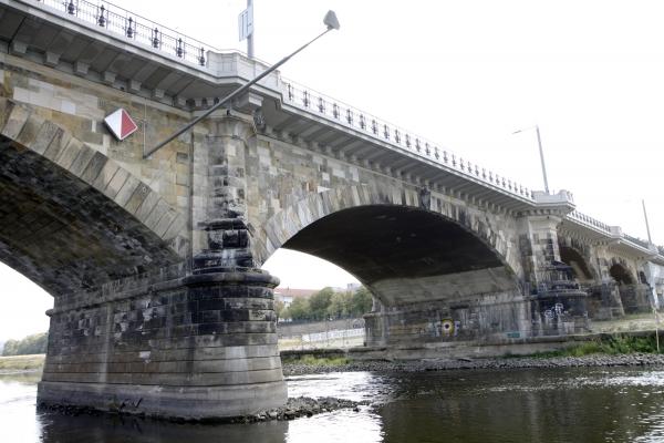 Onder historische bruggen door.