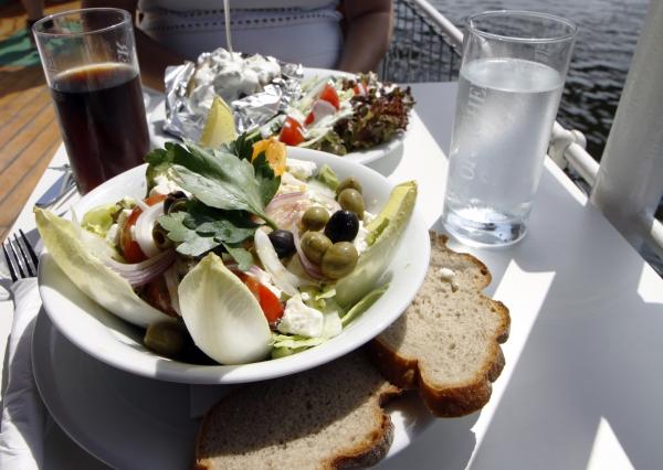 Lunch op de tandradboot.