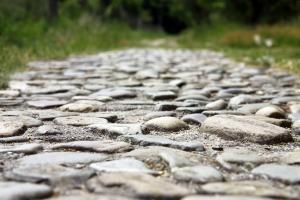 Grote ronde stenen markeren het blote voetenpad.