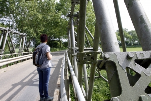 Over de ijzeren brug, uit het heuvelrijke gebied.