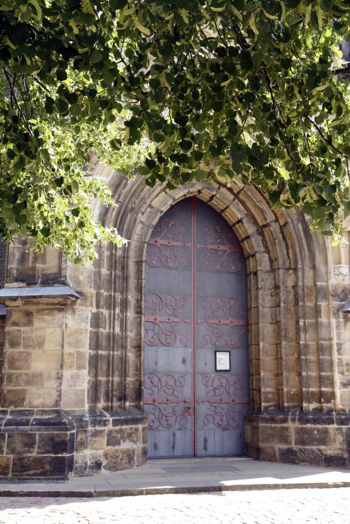 Een van de deuren van de kathedraal.