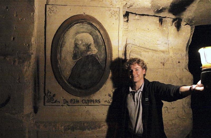 Gids Jorne laat het portret van Cuypers zien in de Fluweelengrot dat doet vermoeden dat de architect hier actief is geweest.