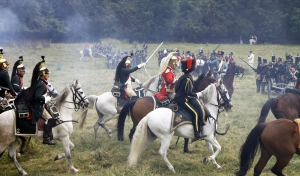 De soldaten te paard trekken ten aanval.