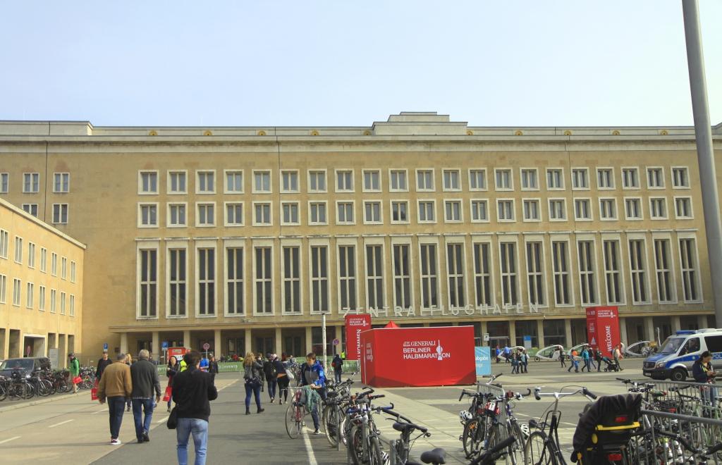 De hoofdingang van Tempelhof