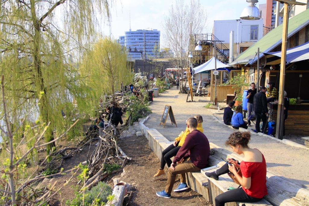 Relaxen aan het water bij Holzmarkt
