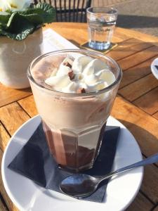 Chocolademelk op het terras in Laren