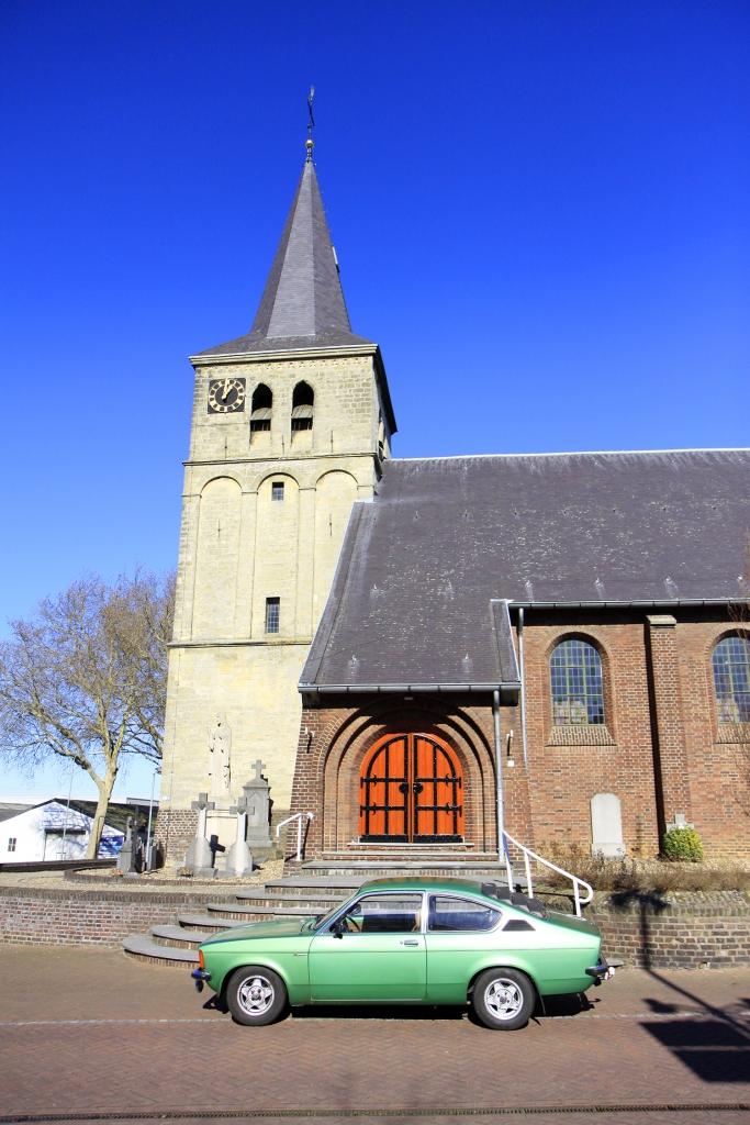 Bij de kerk in Maasbracht