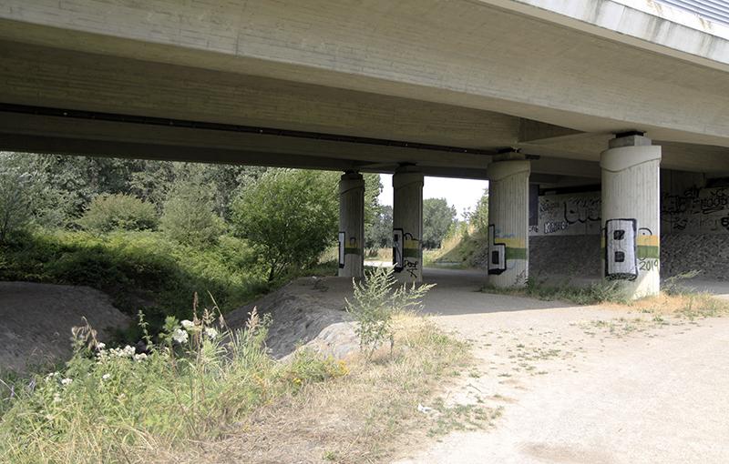 Onder de snelweg door