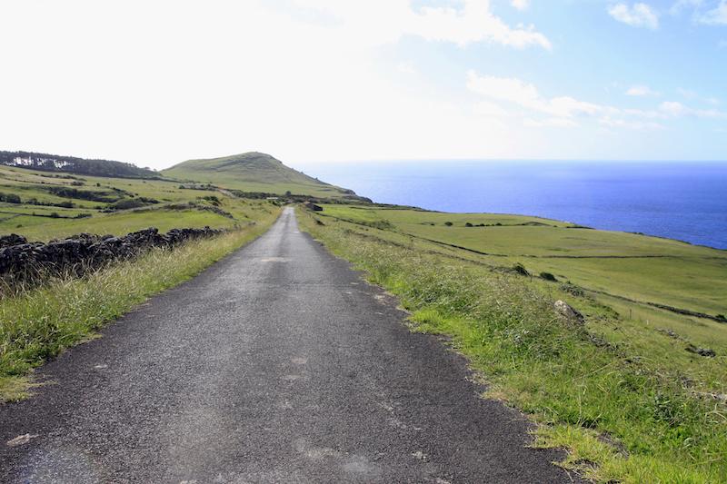 Verharde wegen waar geen mens te bekennen is