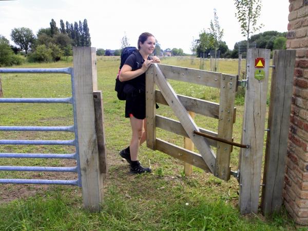 Door de poort in Rivierpark Maasvallei