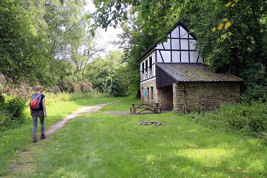 Typisch vakwerkhuis in het bos