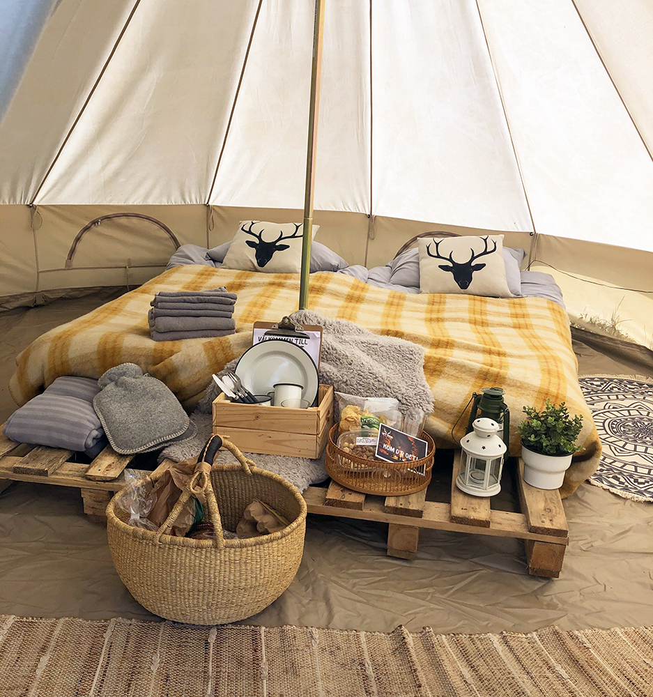 Een complete hotelkamer in een tent